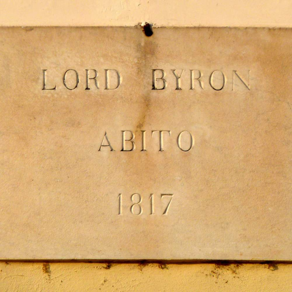 "The plaque on Villa Foscarini's wall that reads LORD BYRON ABITO 1817 (""Lord Byron lived here in 1817"")."