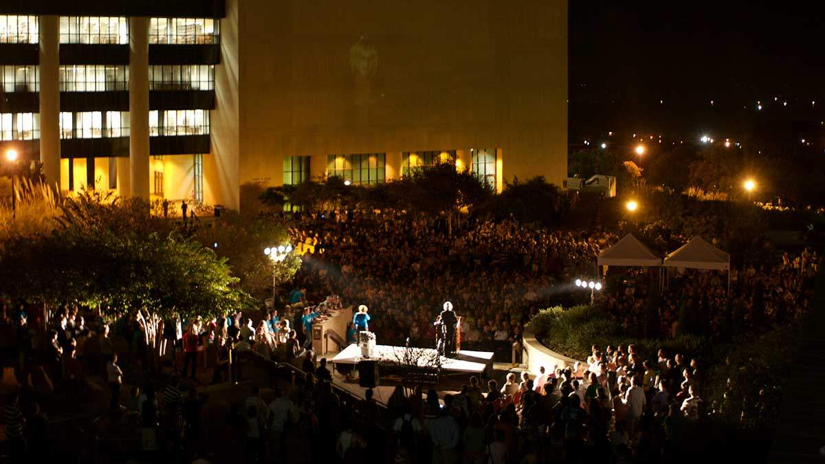Erin Brockovich speaks to a massive crowd outside the LBJ Student Center, 2007