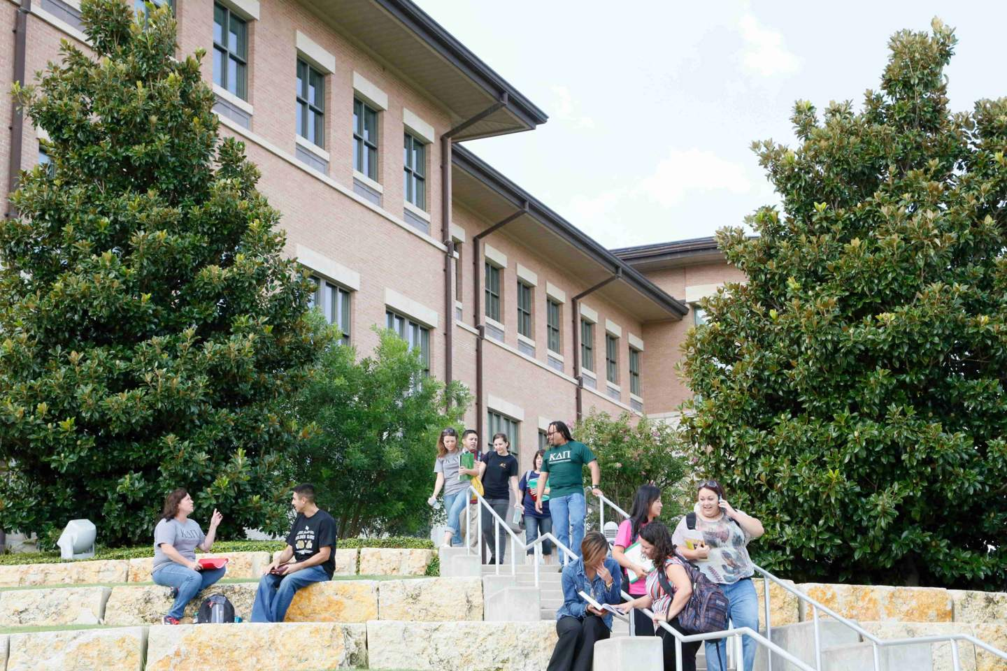 Students walking outside on the Round Rock Campus